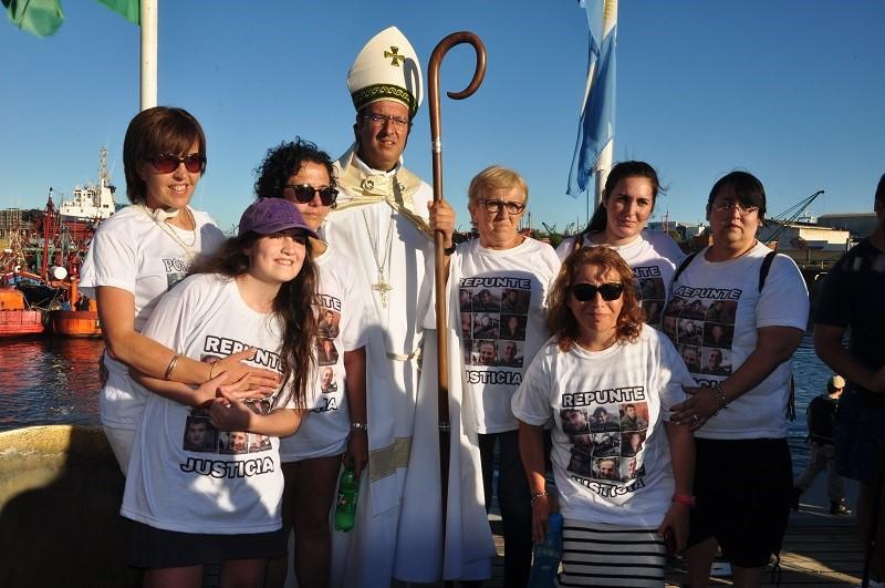 familiares de El repunte junto al obispo