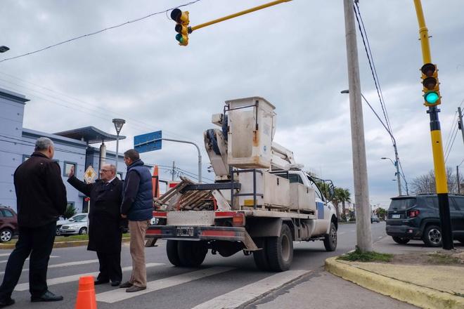 Fotos MGP - EMVIAL - Arroyo puso en funcionamiento semaforo
