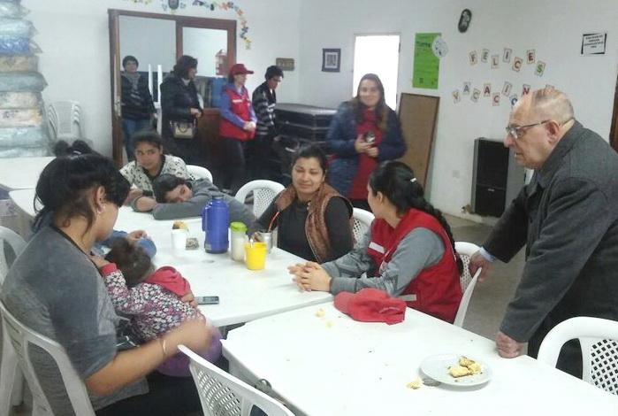 Fotos MGP- Carlos Arroyo recorrio el Centro de Evacuados en el CIC Malvinas