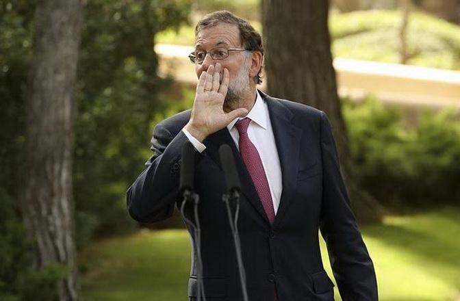 GRA162. PALMA DE MALLORCA, 07/08/2017.- El presidente del Gobierno, Mariano Rajoy, momentos antes de la rueda de prensa que ha ofrecido hoy tras su tradicional despacho de verano con el Rey Felipe VI, en el Palacio de Marivent. Rajoy se ha visto obligado a retrasar su encuentro con el Rey por un ataque de lumbalgia que ha sufrido esta mañana. EFE/Ballesteros