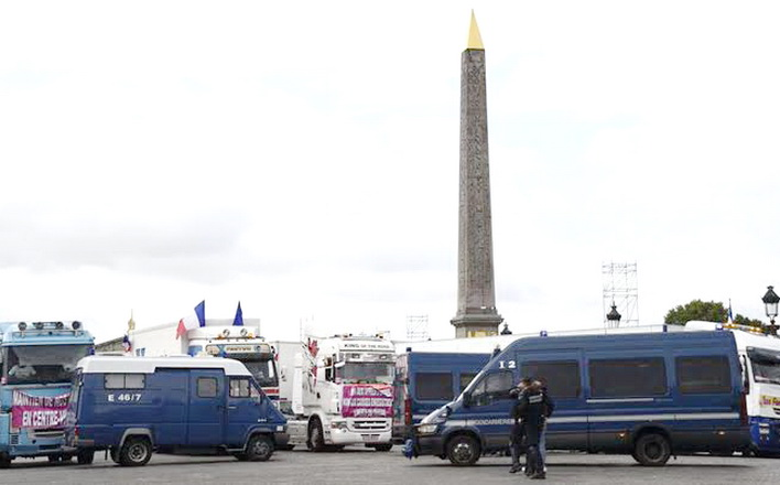 Police officers argue with stallholders blocking the Place de la Concorde square in Paris as they protest against the labour law reform on September 12, 2017. French unions launched a day of strikes and protests today against Emmanuel Macron's flagship labour reforms, a key test as he stakes his presidency on overhauling the sluggish economy. More than 180 street protests are planned nationwide against the reforms, which are intended to tackle stubbornly high unemployment by loosening the rules that govern how businesses hire and fire people.  / AFP PHOTO / Bertrand GUAY