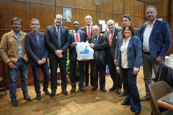 Arroyo y representantes de FIBA