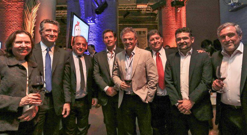 El sector vitivinìcola junto a los ministros de Agroindustria, Luis Miguel Etchevehere, y de Producción, Francisco Cabrera.