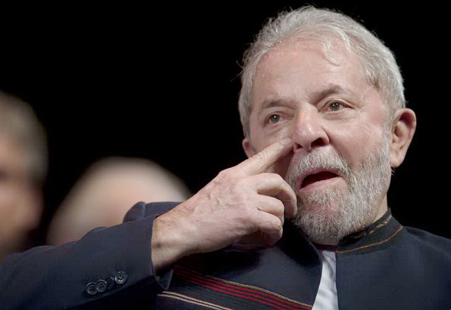 Former Brazilian president Luiz Inacio Lula da Silva reacts during a meeting with intellectuals at Oi Casa Grande Theater in Rio de Janeiro, Brazil, on January 16, 2018.  / AFP PHOTO / MAURO PIMENTEL