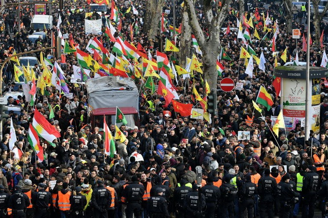 Cologne (Germany), 27/01/2018.- Kurdish activists show banners and shout slogans as they protest the ongoing Turkish military operation in the Syrian city of Afrin in Cologne, Germany, 27 January 2018. Turkish troops launched a military operation named 'Operation Olive Branch' in Syria's northern regions. (Colonia, Protestas, Siria, Alemania, Turquía) EFE/EPA/SASCHA STEINBACH