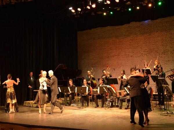 Orquesta-de-tango-con-bailarines